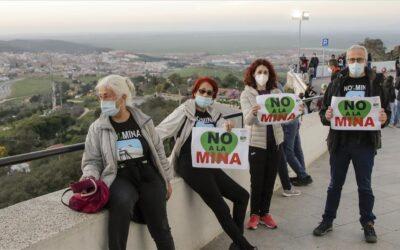 Unas 2.800 personas forman una cadena humana contra la mina en Cáceres